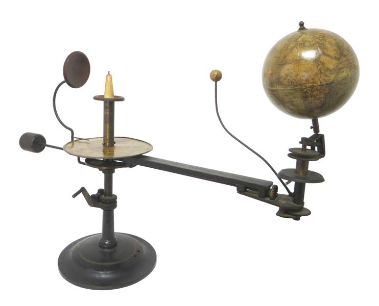 Tellurium and Lunarium with mounted globe: Nieuwe Globe voor den Leerling. Doorsnede 12 cm. Schaal 1:1-6000000. Uitgave Paul Räth Leermiddelenfabriek Leipzig.