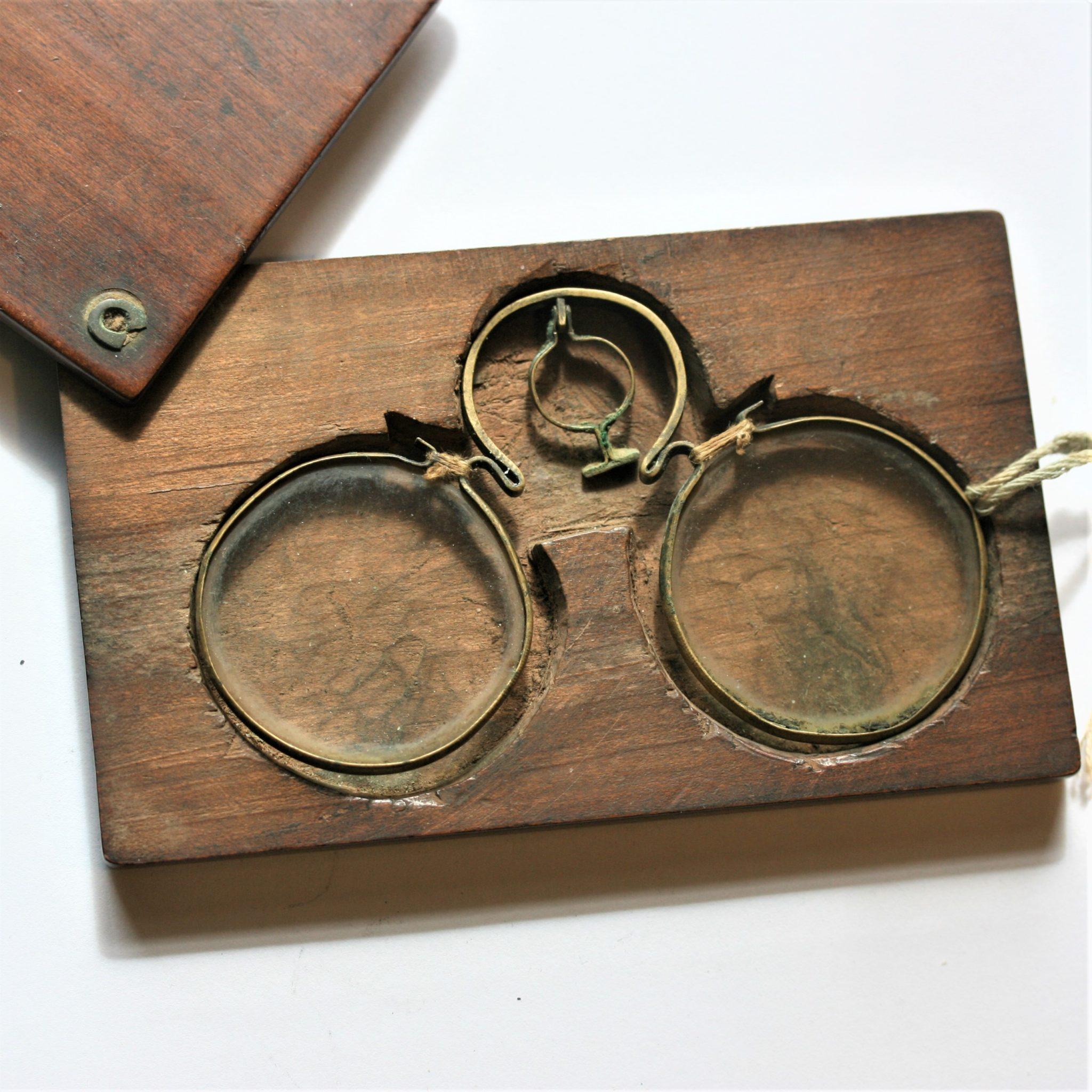 ANTIQUE JAPANESE SPECTACLES IN ORIGINAL WOODEN CASE ETUI C 1720 FOR SALE