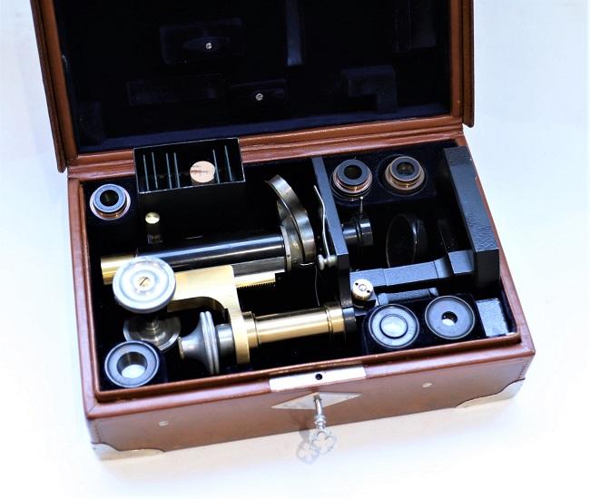 A fine Zeiss traveling Stativ VI microscope in brass and aluminium, circa 1910